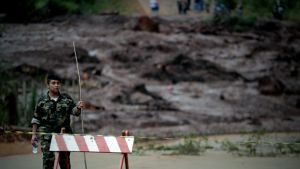 Sotilas vartioi padon murtumisen tuhoamaa aluetta Brasilian kaakkoisosassa.