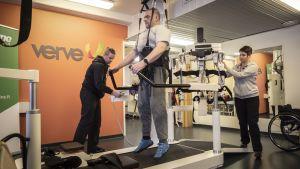 Entinen rauhanturvaaja Timo Heikkinen kävelee kävelyrobotin avulla.