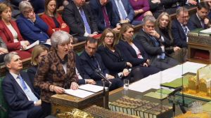 Pääministeri Theresa May puhuu Britannian parlamentissa.