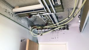 Käyttövesiputkia rakennuksen porraskäytävän katossa