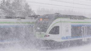 Juna lumisateessa.