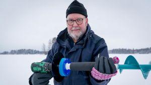 Ilkka Sjöman esittelee sähkökairan turvavarustelua