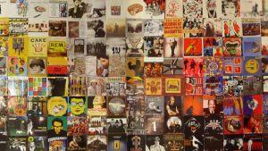 Noin 150 LP-levyn kantta riveiksi järjesteltyinä.