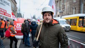 Kaivostyöläinen Christian Leese tuli Berliiniin osoittamaan mieltään työpaikkansa puolesta.