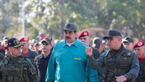 Venezuelan presidentti Nicolás Maduro sotilaiden ympäröimänä.