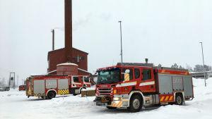 Paloautoja Keminmaan lämpölaitoksen edessä