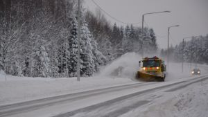 Destian aura-auto töissä lumimyräkän jälkeen Vaasassa.
