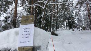 Varoituskyltti Talvisalon hautausmaalla