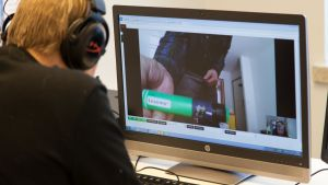 Lähihoitaja käy kotihoidon asiakkaan kanssa videopuhelua