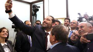 Pääministeri Saad Hariri otti selfien journalistien kanssa presidentinpalatsissa Beirutissa 31. tammikuuta.