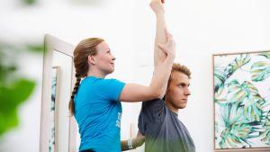 Fysioterapeutti antaa hoitoa asiakkaalle.