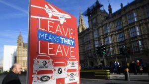 Britannian EU:ssa säilymistä tukevan kampanjan kyltissä kerrotaan, että jos Britannia eroaa EU:sta, auto- ja lentokonetehtaat lähtevät maasta.