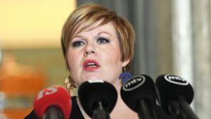 Keskustan perhe- ja peruspalveluministeri Annika Saarikko
