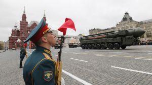 Topol-M -ohjus sotilasparaatissa Moskovan Punaisella torilla toukokuussa 2017.