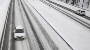 Liikennettä talvisella tiellä.