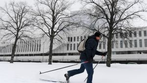 Työmatkahiihtäjä, tutkija Tapio Bergholm hiihtää työpaikaltaan Kansallisarkistosta kotiinsa Haagaan Finlandia-talon edustan latua Helsingissä 17. tammikuuta 2018.
