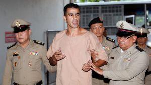 Vartijat saattoivat maanantaina jalkapalloilija Hakeem Al-Araibi Bangkokilaisen oikeusistuimen eteen.