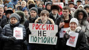 """Moskovassa ihmiset kokoontuivat """" Venäjä ei ole roskakori"""" kylttien kanssa osoittamaan mieltään."""