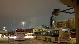 Linja-autot vaikeuksissa Turun linja-autoaseman lumisohjossa,