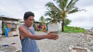 Waldon Langidrik ja hänen perheensä evakuoitiin vuosi sitten keskellä yötä, kun merenpinta nousi heidän kotiovelleen.