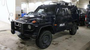 Poliisin panssariajoneuvo.