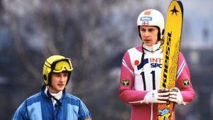 Jens Weissflog ja Matti Nykänen palkintokorokkeella Keski-Euroopan mäkiviikolla vuonna 1989.