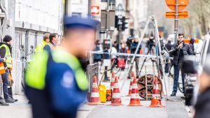 Poliisit eristäneet viemäriverkoston luukun ympäristön.