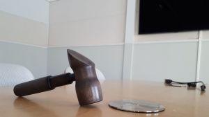 Puheenjohtajan nuija pöydällä.