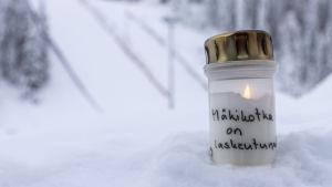 Kynttilä Laajavuoressa Matti Nykäsen muistoksi.