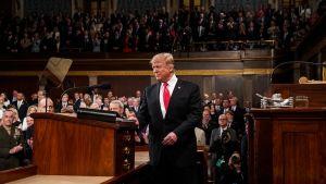 Donald Trump astuu korokkeelle pitämään Kansakunnan tila -puhetta.