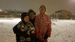Nina Rajamäki puistossa lastensa kanssa.