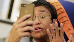 Filippiiniläinen toimittaja Maria Ressa kävi videoneuvottelua kännykällään tammikuussa Manilassa.