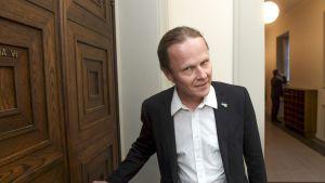 Hallintovaliokunnan puheenjohtaja Juho Eerola eduskunnan käytävällä.