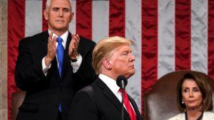 Trump ja takana Nancy Pelosi
