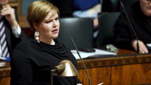 Perhe- ja peruspalveluministeri Annika Saarikko eduskunnan täysistunnossa Helsingissä 6. helmikuuta 2019.