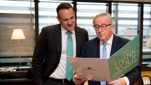 Komission puheenjohtaja Jean-Claude Juncker esitteli Dublinista saamaansa postikorttia Irlannin pääministeri Leo Varadkarille.