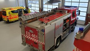 Ambulanssi ja paloauto Sulkavan paloaseman tallissa.