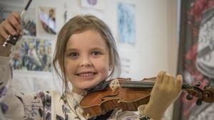 5-vuotias tyttö viulun kanssa.