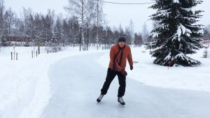 Kuvassa mies luistelee jääradalla