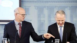 Selvityshenkilö Reijo Karhinen luovutti maatalouden kannattavuusselvityksen maatalousministeri Jari Lepälle