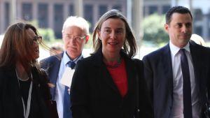 EU:n ulkopoliittinen edustaja Federica Mogherini saapumassa neuvottelupaikalle Montevideossa Uruguayssa. Kuvassa hänen vasemmalla puolellaan on nainen ja oikealla puolellaan mies.