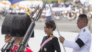 Thaimaan prinsessa Ubolratana kävelee kuninkaallisen kaartin saattelemana.