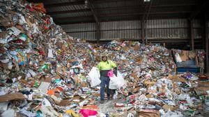 Yhdysvalloissa kierrätysmateriaali lajitellaan vasta jätteenkäsittelylaitoksissa.