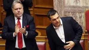 Kreikan ulkoministeri George Katrougalos taputti Kreikan pääministeri Alexis Tsiprasin puheen jälkeen Kreikan parlamentissa Ateenassa perjantaina.
