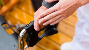 hoitajan käsi vanhuksen käden päällä