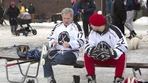 Tasavallan presidentti Sauli Niinistö osallistui tänään Save Pond Hockeyn järjestämään pipolätkäturnaukseen Helsingissä Brahenkentällä.