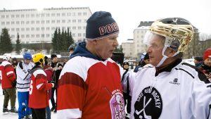 Tasavallan presidentti Sauli Niinistö juttelee venäläisen kiekkolegenda Vjatsheslav Fetisovin kanssa.