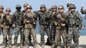 Etelä-Korean ja Yhdysvaltojen armeijan sotilaat poseerasivat valokuvaajalle sotaharjoituksessa Pohangissa huhtikuussa 2018.