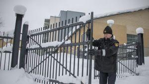 Timo Karjalainen avaa suurta rautaporttia, joka on asennettu pelastustielle.