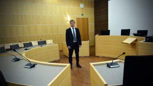 Etelä-Pohjanmaan laamanni Riku Jaakkola istuntosalissa.